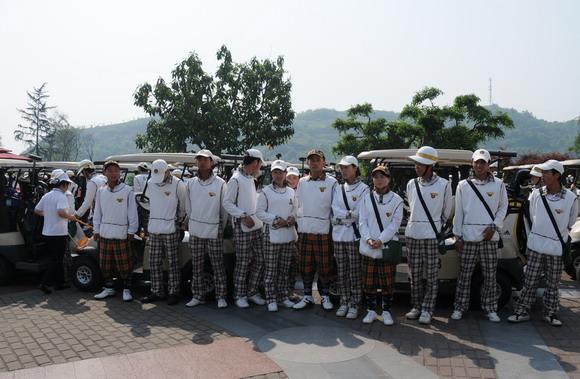 重庆/为2010年全明星高尔夫重庆上邦公益慈善赛服务的部分员工。